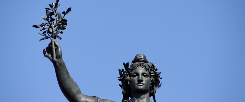 Statue de Marianne tenant une branche d'olivier. Paris.